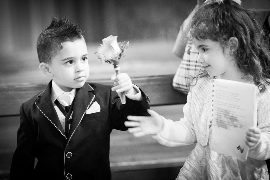 Jeunes invités pendant la cérémonie de mariage religieux