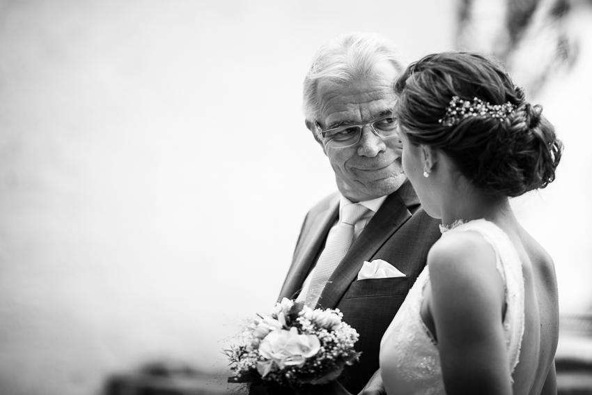 la mariée et son papa juste avant la cérémonie