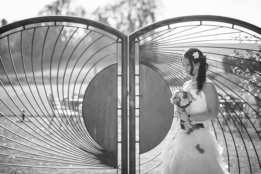portrait de la mariée devant les portes des iris