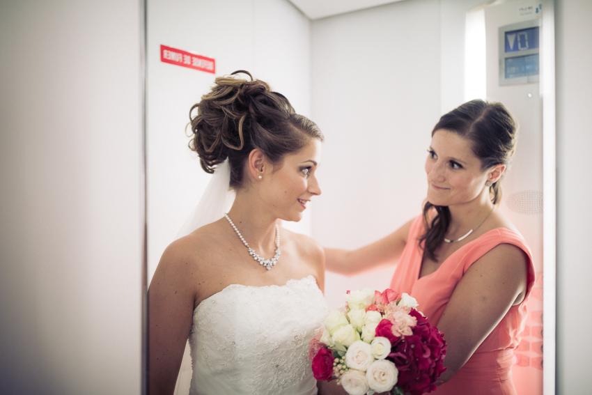 La Mariée et sa demoiselle d'honneur dans l'ascenseur