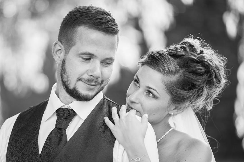 Photo romantique des jeunes époux